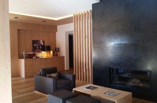 Ingresso e spazio soggiorno con camino - Foto di Saleghes ...