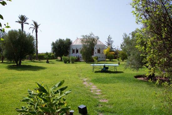 Dar Tifawine: Le jardin qui amène à une petite dépendance.