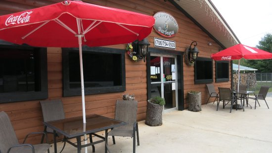 Clarkesville, GA: In addition to inside seating, there are a couple of tables outside