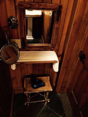 Skaneateles, NY: Extra vanity table and a mirror in the bathroom