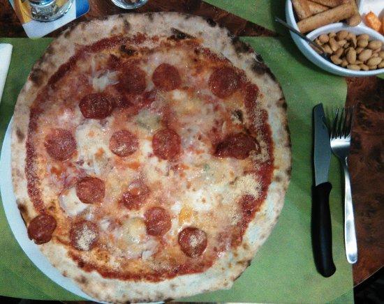 La Piazzetta: Die extrem leckere und große Pizza