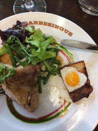 Chatillon, Γαλλία: demie caille rôtie au lard paysan, salade d'haricots verts, déjà entamée