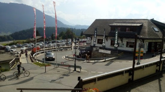 Leysin, Suisse : In front of cable car station