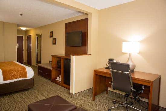 Comfort Suites Hotel - Lansing: King Suite Workspace