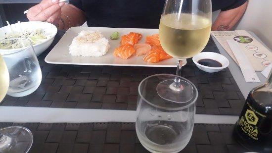 Coutras, Fransa: Le menu E et le verre de vin blanc.