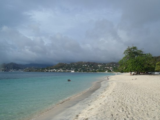 Costa Sur, Grenada: Looking down the beach towards St George's