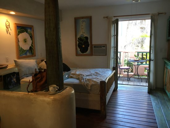 Les Artistes: Bed with private outdoor patio