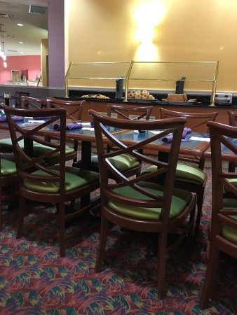 Rosen Centre Hotel: Disgusting service  never cleared plates from day 1 they staff were always to busy talking