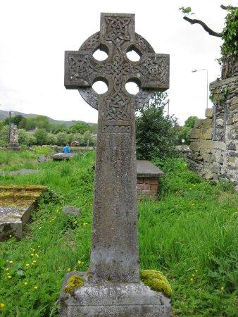 Fahan, Ireland: Steinkreuz mit Grabtafeln