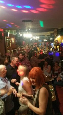 Golfers Bar, Rothesay: Busy in the golfers during live music!