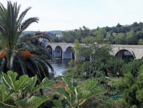 Roquebrun, Francia: une autre vue du panorama