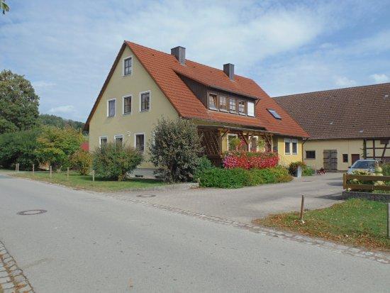 Feuchtwangen, Alemanha: Напротив ресторанчика)