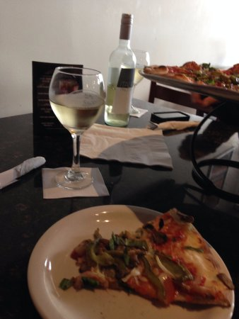 Hartland, MI: Veggie Pizza with wine!