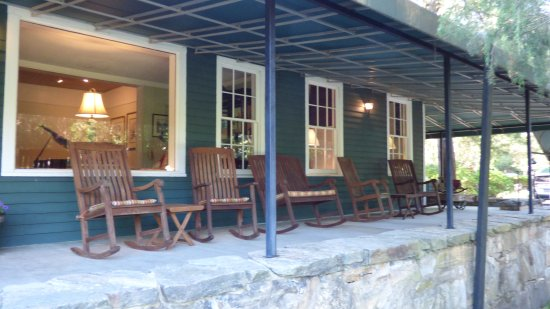 1906 Pine Crest Inn: Inn Veranda with Rocking Chairs