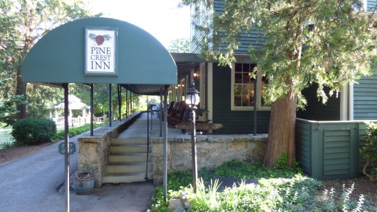 1906 Pine Crest Inn: Side access to the main entrance