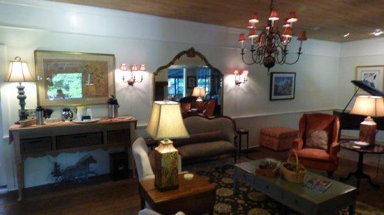 1906 Pine Crest Inn: Comfortable Public Room