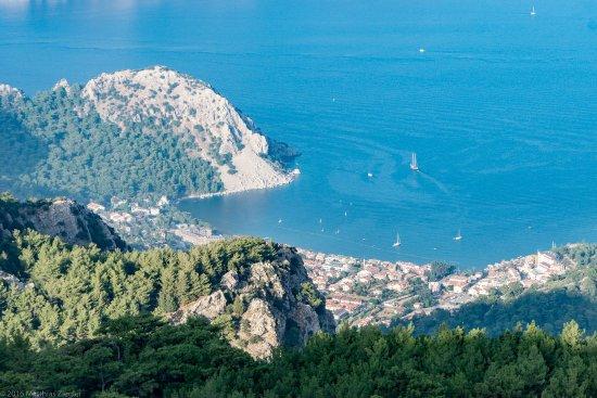 Blick von dem höchsten Berg in der Umgebung (mit den Sendemasten) auf die Bucht von Turunc