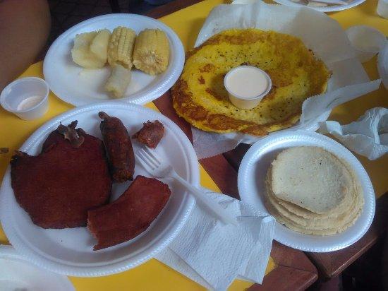 La Garita, คอสตาริกา: Rica la comida pero en platos de plástico , nada que ver !