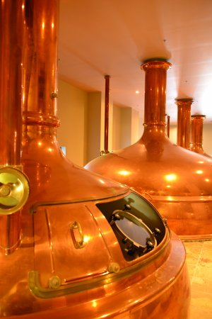 New Glarus, WI: Large cooper vats are part of the tour.