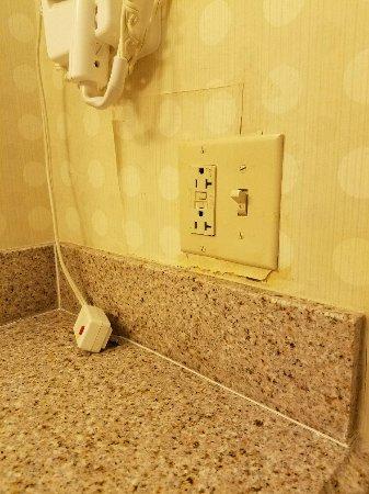 Hilton Garden Inn Starkville: Bathroom wallpaper repair