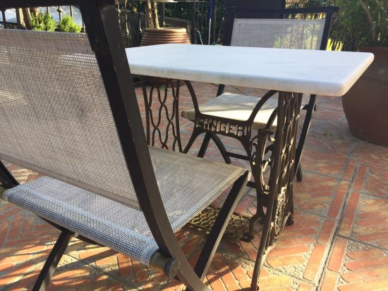 Hotel Katxi: Singer Sewing Machine Pedestal For Table Outside