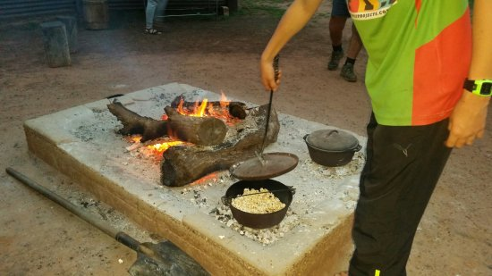 Charleville, Australia: Cooking popcorn in the camp oven over coals...yum!