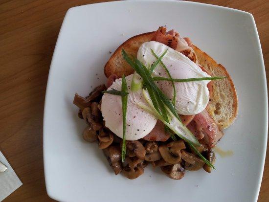 Nabiac, Australien: Poached eggs and bacon.