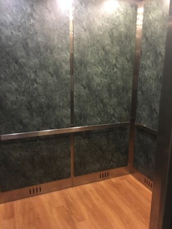 Comfort Inn & Suites: Clean Attractive Elevator
