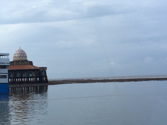 Kuala Perlis, Malasia: View of the mosque from ferry.