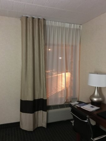 West Hazleton, PA: Eeek! Blackout curtain does not pull across!