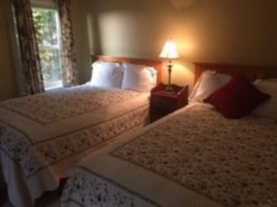 Lyndonville, VT: Two rooms with views that have private baths and two double beds