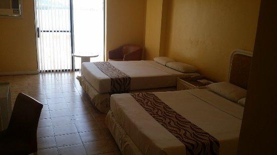 Leyte Park Resort Hotel: Kamer, 2 queen size bedden.