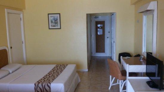 Leyte Park Resort Hotel: Kamer, bureau, tv, toegangsdeur..