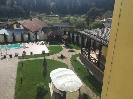 Skhodnitsa, Ucrania: Прекрасный лес и красивая территория отеля