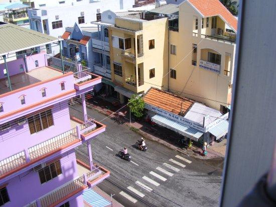 Ha Tien, Vietnam: Từ phòng của KS Dủ Hưng 2 nhìn xuống đường Trần Hầu, TX Hà Tiên.