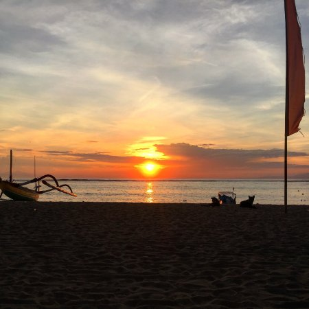 Besakih Beach Hotel: Wake up early to catch the sunrise.