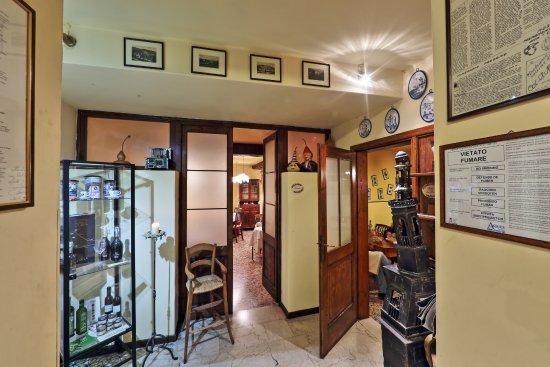 Col San Martino, Italia: angolo dei nostri fornitori con l'accesso alla taverna e all'angolo osteria