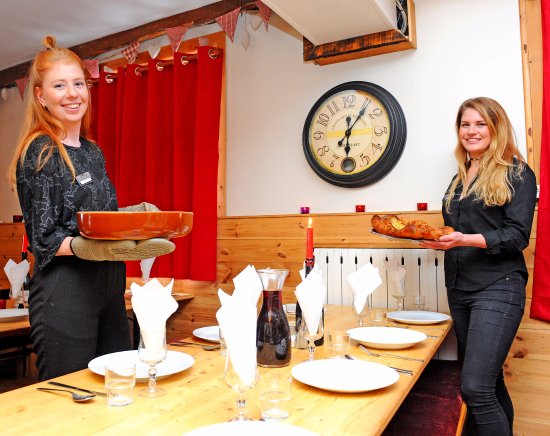 Chalet Chardons : Friendly staff at dinner
