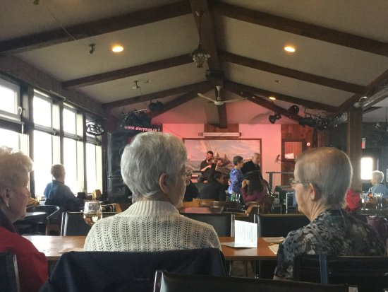 Doryman Pub & Grill: Locals and tourist (mostly locals I think) at the Saturday Fiddle Matinee.