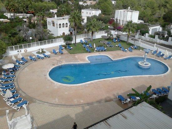 piscina con hamacas sombrillas y camas balinesas