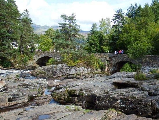The Falls of Dochart Inn: Bridge over the falls