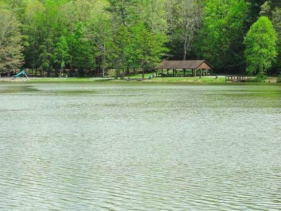 Beaver, Virginia Occidental: lake/picnic shelter