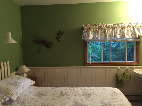 Sauble Falls Bed & Breakfast: Dragonfly/Garden Room