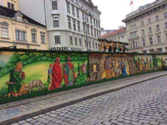 Benediktushaus Guest House: 建物の前の広場  クリスマス市の時期