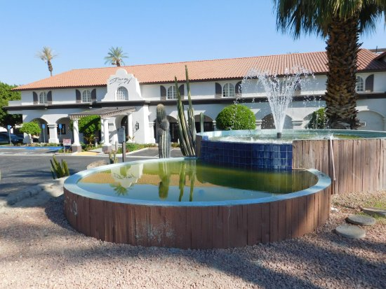 Embassy Suites by Hilton Hotel Palm Desert: Entrance to the hotel car park