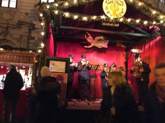 Benediktushaus Guest House: 建物の入口の前のには クリスマス市で大賑わい