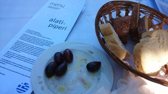 Vartholomio, Greece: Ψωμάκι και ελίτσες