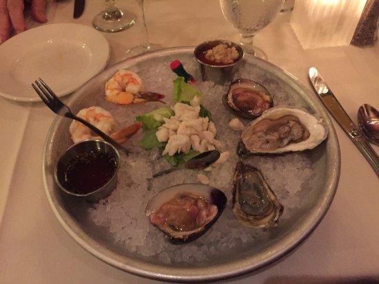 Simsbury, كونيكتيكت: Grande - 2 shrimp, 2 clams, 2 east coast oysters, 2 oz. crabmeat