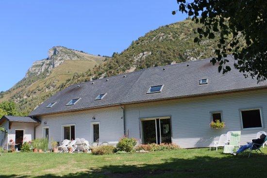 lo saunei : Espace jardin sur l'arrière et vue sur la falaise aux aigles.