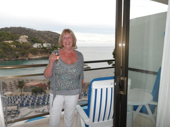 Grupotel Playa Camp de Mar: Sisters birthday with complimentry cava.